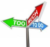 Demasiado para hacer tres señales de tráfico de la flecha que señalan muchos trabajos de las tareas Foto de archivo