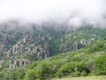 Demerji-Berg in einem Hut von Wolken Lizenzfreies Stockfoto