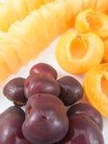 Demi abricots de cerises et morsures jaunes de melon Images stock
