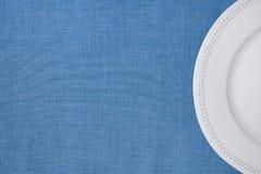 Demi-cercle vide de plat de vintage blanc sur le fond de toile bleu-clair de tissu Style japonais minimaliste Calibre pour la ban Photos libres de droits