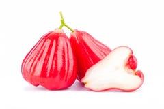 Demi chomphu de jamboses de pomme rose et de rouge sur la nourriture saine de fruit de pomme rose de fond blanc d'isolement Photos libres de droits