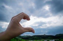Demi coeur de main photographie stock libre de droits