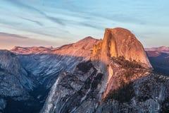 Demi dôme au coucher du soleil dans Yosemite Photographie stock libre de droits