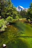 Demi dôme et rivière de Merced en parc national de Yosemite, la Californie Photos stock