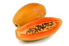 Demi de coupure et papaye entière porte des fruits sur le fond blanc images stock