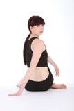 Demi de seigneur de yoga des poissons posent par le femme d'ajustement Photo stock