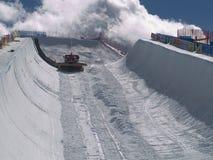 Demi de snowboard de pipe Photographie stock libre de droits