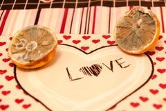 Demi deux ont moulé des citrons avec l'amour et les coeurs Photos libres de droits