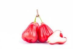 Demi jamboses de pomme rose et de rouge sur la nourriture saine de fruit de pomme rose de fond blanc Photo libre de droits