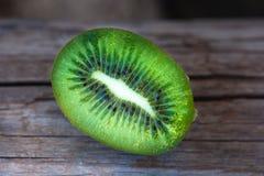 Demi kiwi juteux tropical de fruit photo libre de droits