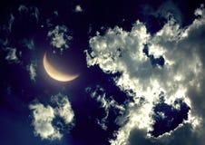 Demi-lune dans le ciel nocturne Photos stock