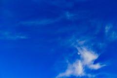 Demi-lune parmi les nuages effilés photo stock