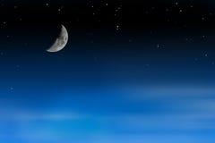 Demi-lune sur le ciel étoilé avec les nuages mobiles Image stock