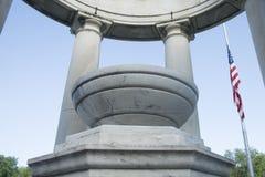 Demi mât de drapeau américain dans le belvédère en pierre Image libre de droits