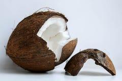 demi noix de coco sur le fond blanc Chemin de coupure images libres de droits