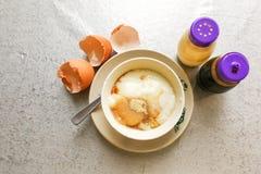 Demi oeufs à la coque de petit déjeuner traditionnel asiatique avec le pepp de sauce de soja Photographie stock libre de droits