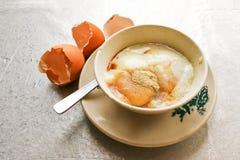 Demi oeufs à la coque de petit déjeuner traditionnel asiatique avec le pepp de sauce de soja Photo libre de droits