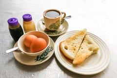 Demi oeufs à la coque de petit déjeuner traditionnel asiatique, pain de pain grillé et Co Image stock