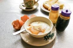 Demi oeufs à la coque de petit déjeuner traditionnel asiatique, pain de pain grillé et Co Photo stock
