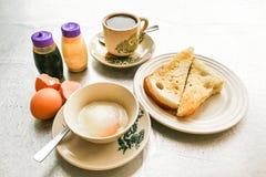 Demi oeufs à la coque de petit déjeuner traditionnel asiatique, pain de pain grillé et Co Photos stock
