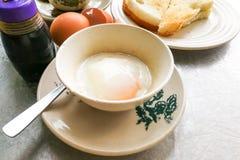 Demi oeufs à la coque de petit déjeuner traditionnel asiatique, pain de pain grillé et Co Photographie stock libre de droits