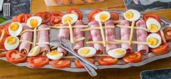 Demi oeufs à la coque, tomates coupées en tranches, jambon et asperge Photographie stock