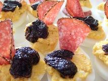 Demi oeufs bouillis bourrés délicieux avec le jaune différent de remplissages mélangé à du fromage ou au pâté de foie et décoré d Images stock