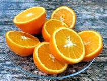 Demi oranges de coupe sur le fond en bois Photo stock