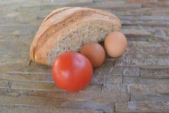 Demi pain de farine noire avec des graines Photos libres de droits