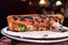 Demi pizza profonde végétarienne de Chicago de plat photos libres de droits