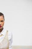 Demi portrait de modèle fascinant avec la pose rouge de lèvres Photo stock