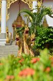 Demi serpent d'or, moitié-dragons décorant l'escalier de Naga à Sangharam Wat Wichit, Phuket, Thaïlande Photographie stock libre de droits