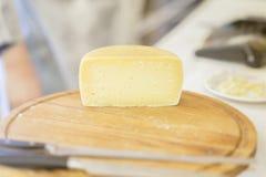 Demi tête de fromage dessus sur le panneau en bois du marché Produit laitier gastronomique, vraie scène sur le marché de nourritu Photographie stock