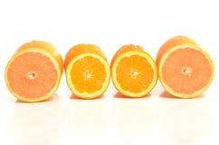 Demi tranches de pamplemousses et d'oranges dans une rangée. Images libres de droits