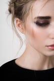 Demi visage de modèle de beauté avec les yeux fumeux Photographie stock libre de droits