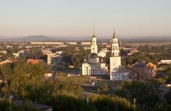Demidov geneigde toren en de Transfiguratie van de Verlosserkathedraal Nevyansk Rusland stock foto's
