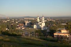 Demidov lutade ned tornet och omgestaltningen av frälsaredomkyrkan Nevyansk Ryssland Royaltyfri Fotografi