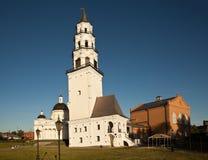 Demidov lutade ned tornet och omgestaltningen av frälsaredomkyrkan Nevyansk Ryssland Arkivfoto