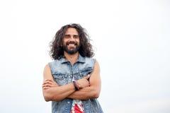 Χαμογελώντας νέο άτομο χίπηδων στη φανέλλα demin Στοκ φωτογραφία με δικαίωμα ελεύθερης χρήσης