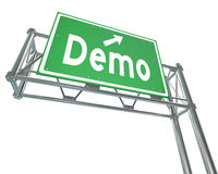 Demo Word Green Freeway Sign-Produkt-Demonstrations-kostenlose Testversion Stockbilder