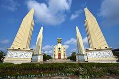 Democratiemonument in Bangkok tegen een blauwe hemel wordt geplaatst die stock foto