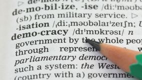 Democratiewoord dat in Engelse woordenschat, burgersvrijheid in land wordt geschreven, stem stock videobeelden
