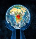 Democratische Republiek de Kongo op aarde in handen Stock Fotografie