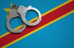 Democratische Republiek van de vlag en de politiehandcuffs van de Kongo Het concept misdaad en inbreuken in het land royalty-vrije stock afbeelding