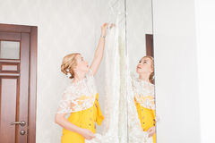 Demoiselle d'honneur avec des boutons de la robe de la jeune mariée Photo libre de droits