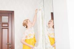 Demoiselle d'honneur avec des boutons de la robe de la jeune mariée Image stock