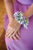 Demoiselle d'honneur avec la boutonnière de boutonniere au jour du mariage Photos libres de droits