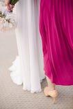 Demoiselle d'honneur et jeune mariée Photos stock
