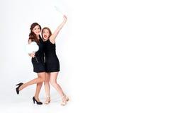Demoiselles d'honneur élégantes ayant l'amusement Filles heureuses gaies tenant des bulles de la parole célébrant une partie de c Images stock