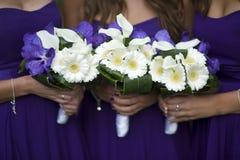Demoiselles d'honneur avec des bouquets de fleur images libres de droits